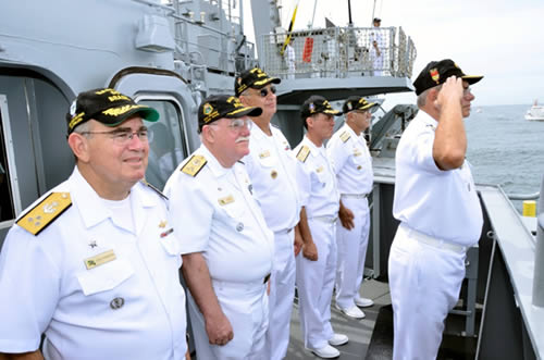 ComOpNav - Alte Esq Max em continência ao Desfile Naval em sua despedida junto às autoridades navais