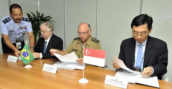LAAD 2013: Brasil e Cingapura firmam acordo na área de tecnologia de defesa