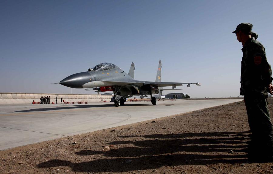 Aviadores chineses afiam as suas garras em seus J-11 em novo padrão de camuflagem