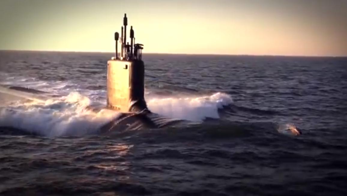 Vídeo: Golfinhos nadam com o USS Minessota