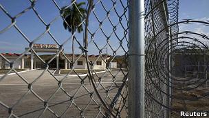 Por que Obama não consegue fechar Guantánamo?