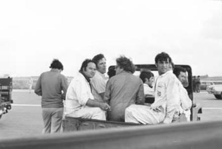Comandos israelenses, disfarçados de técnicos, condução para o avião. Foto de arquivo.