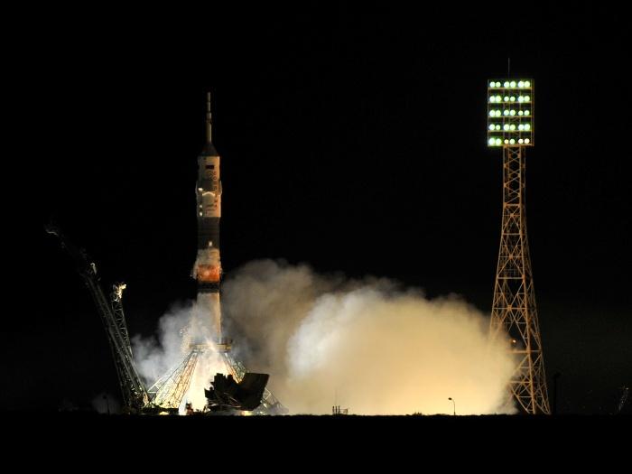 Foguete Soyuz decola com tripulação internacional para Estação Espacial