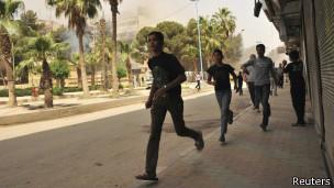 Sírios fogem de massacres na região costeira
