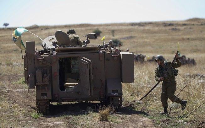 Soldado israelense fecha portão durante exercícios militares do lado sírio das Colinas do Golan