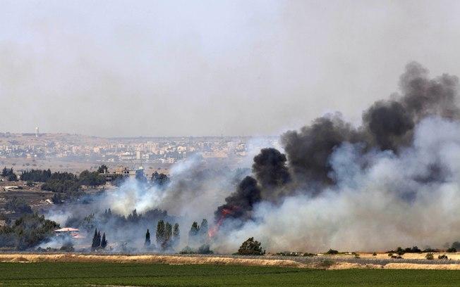 Fumaça é vista no vilarejo sírio de Quneitra perto da fronteira de Israel