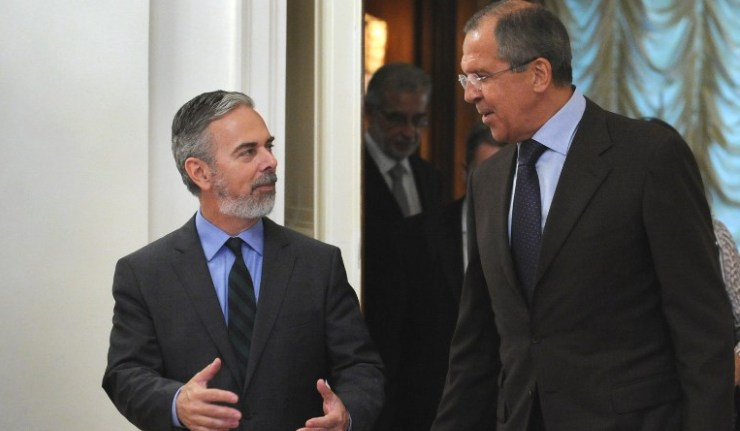 Russian Foreign Minister Sergey Lavrov (R) speaks with his Brazilian counterpart Antonio Patriota during their meeting in Moscow on September 4, 2011.  AFP PHOTO/ ALEXANDER NEMENOV