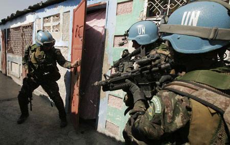 O uso da força já foi empregue pelo exército brasileiro nas operações de pacificação do Haiti, na imagem, comandos Brasilerios realizam operação no âmbito da MINUSTAH