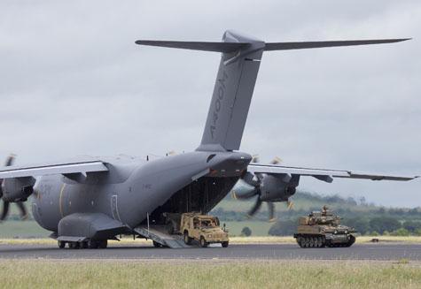 A400M demonstra capacidade de assalto em aeródromo