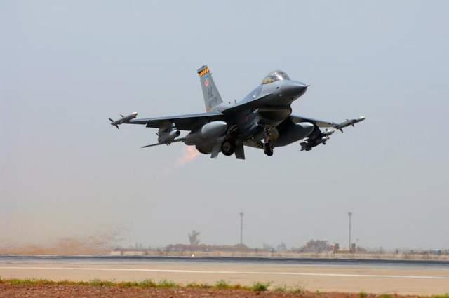 EUA suspendem entrega de caças F-16 ao Egito