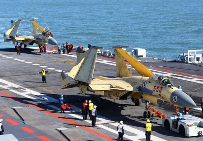 China certifica primeiros pilotos para operarem aviões a bordo de navios-aeródromos