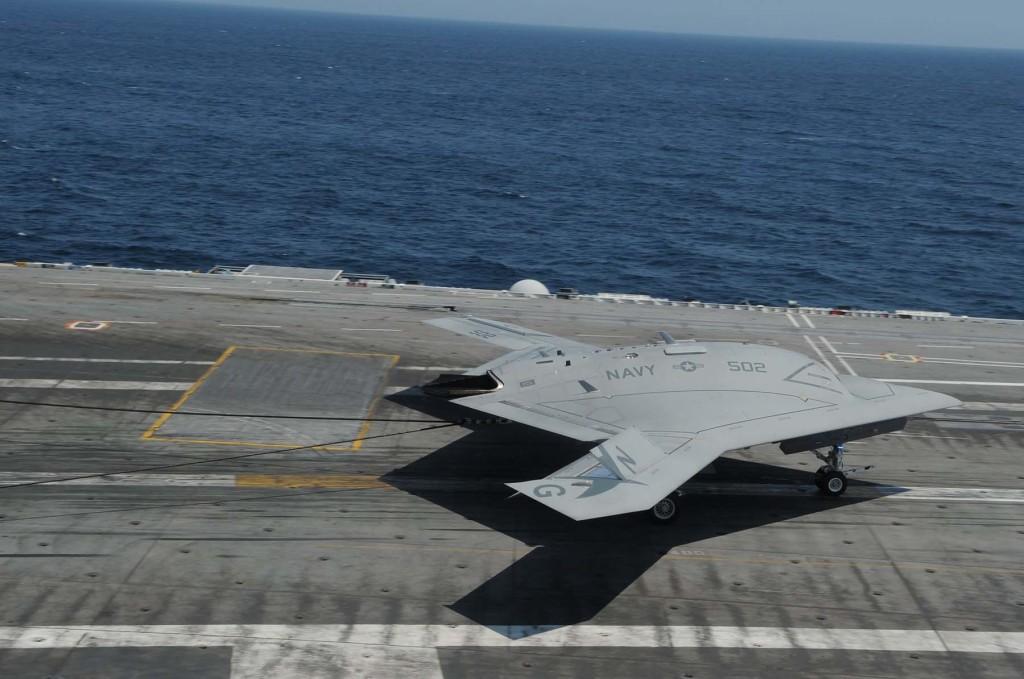 US Navy faz história X-47B realiza primeiro pouso enganchado em porta-aviões