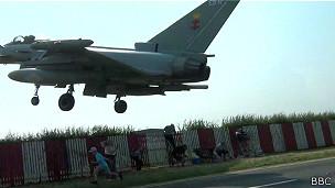 Rasante de caça assusta curiosos em base militar na Inglaterra