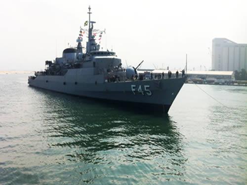"""Fragata """"União"""" chegando ao porto de Beirute, no Líbano"""