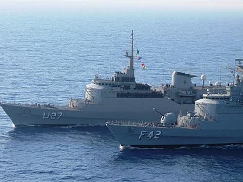 """Navio-Escola """"Brasil"""" (U27) e Fragata """"Constituição"""" (F42) durante PASSEX no Mar Jônico"""