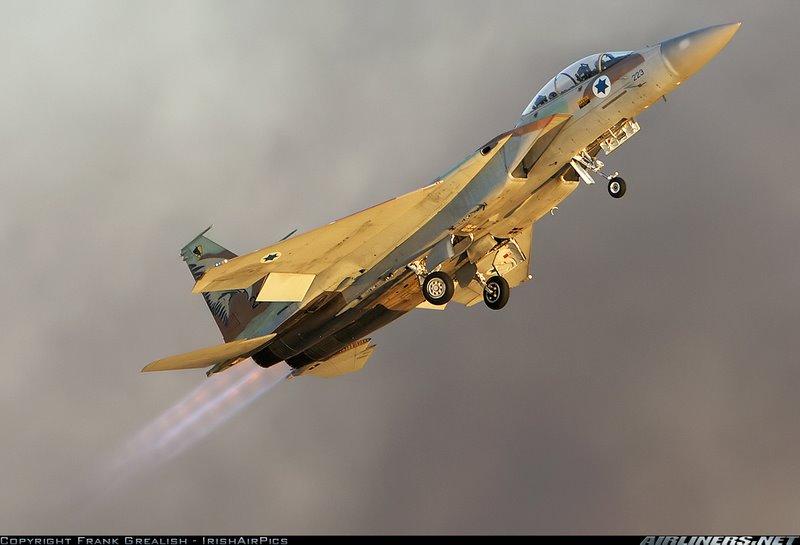 Israel bombardeia militantes pró-Assad