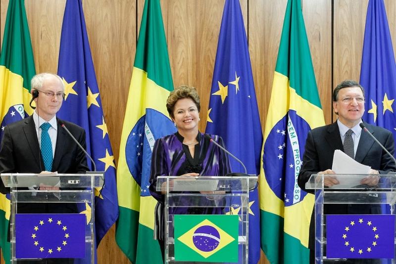 O BRASIL ESTÁ SEM BANDEIRAS NA POLÍTICA EXTERNA