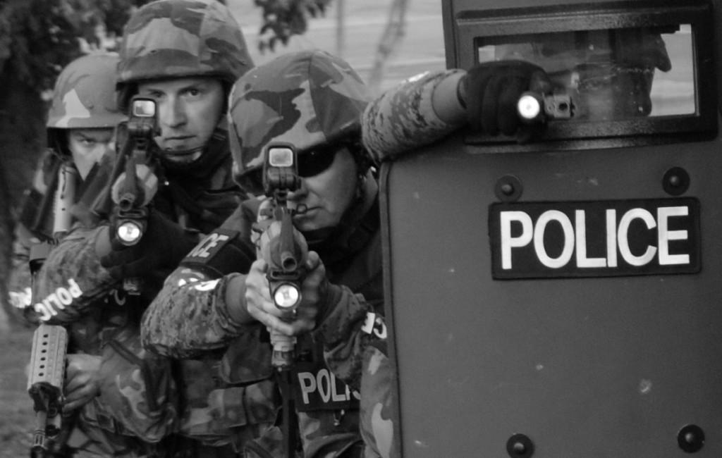 Militarização da polícia nos EUA muda relação com a comunidade