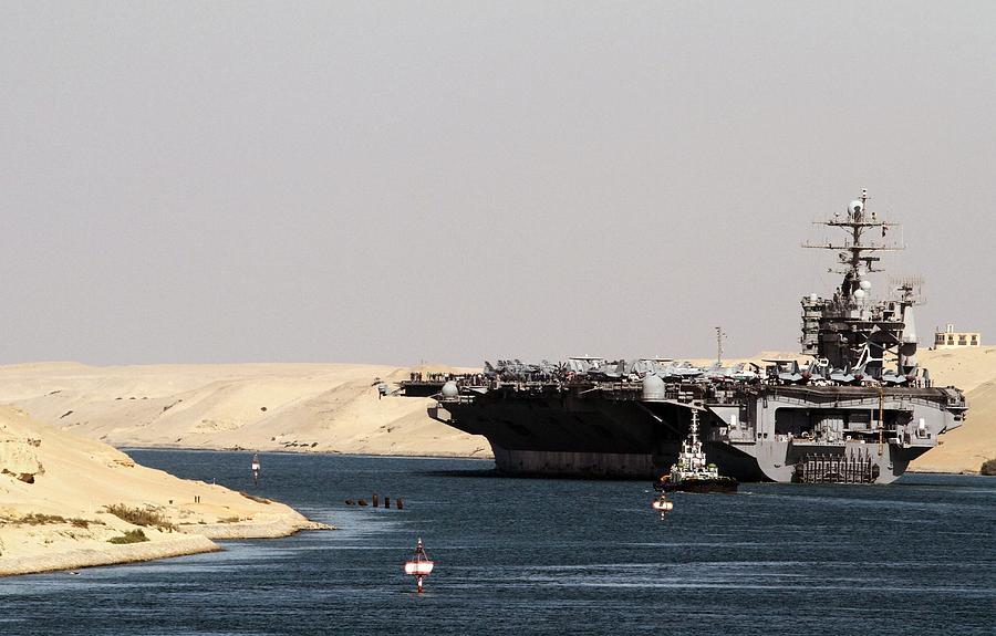 Porta-aviões dos EUA atravessa Canal de Suez apesar de tensão com Egito