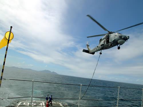 Fragata 'Greenhalgh' realiza reabastecimento de helicóptero em voo com MH-16 'Seahawk'