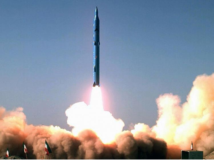 Irã apresenta 30 mísseis com alcance de 2 000 km