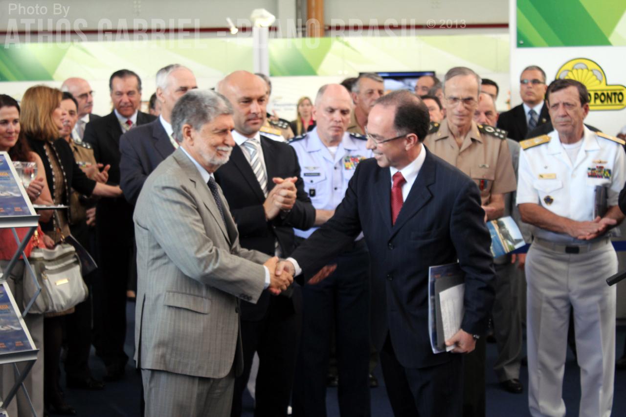 Maurício Aveiro, Presidente da BRADAR, cumprimentando o Ministro Celso Amorim