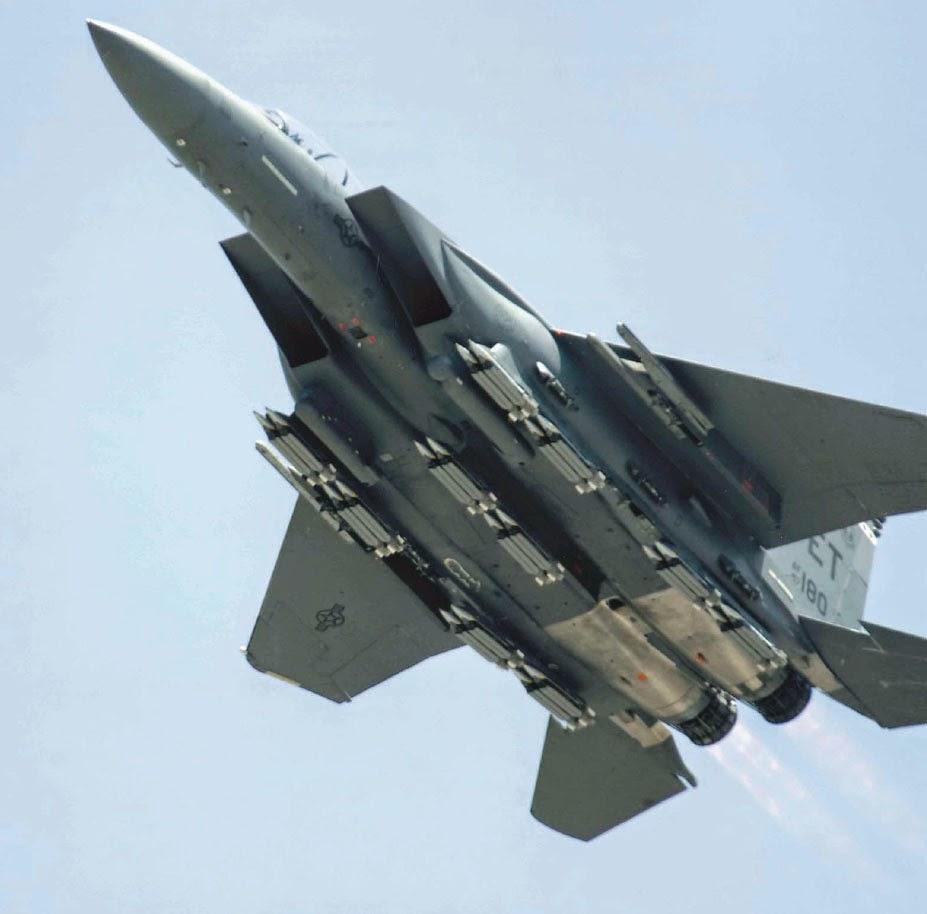 F15E da USAF demonstra capacidade de transporte de bombas GBU-39 SDB
