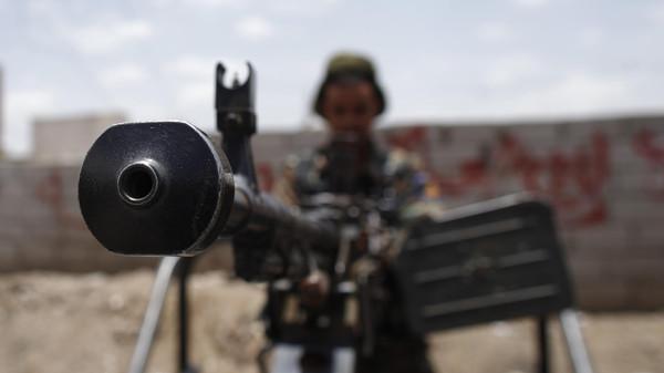 Exército do Iêmen continua embates no norte e é atacado no sul