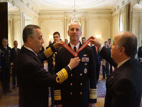 Chief of Naval Operations (CNO) da Marinha dos EUA (USN) recebe Comenda da Ordem do Mérito Naval da Marinha do Brasil (MB)