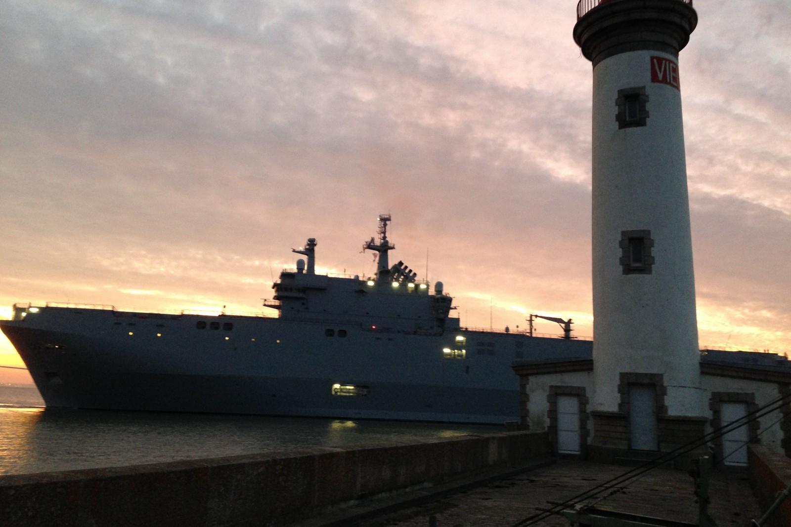 Tripulação Russa suspende e efetua manobras no mar com o  BPC Vladivostok