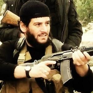net-o-principal-porta-voz-do-ei-o-sirio-que-adotou-o-nome-de-shaykh-abu-muhammad-al-adnani-ridicularizou-os-recentes-ataques-aereos-1411851491548_300x300