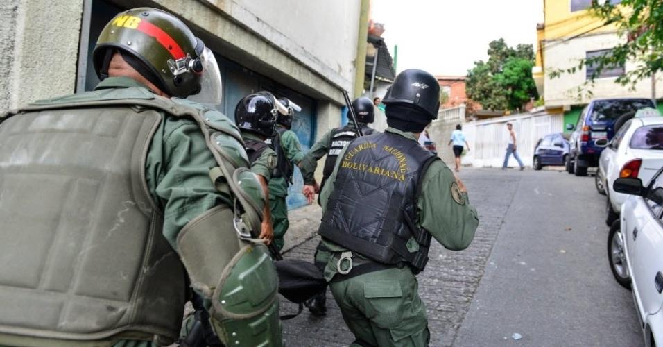 27abr2014---policiais-da-guarda-nacional-bolivariana-perseguem-manifestantes-durante-protesto-em-caracas-na-venezuela-neste-domingo-27-1398605551606_956x500