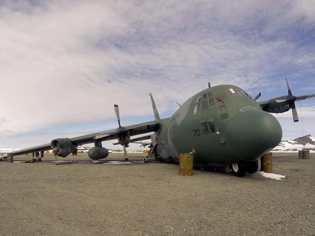 Hércules da FAB segue na Antártica três meses após pousar de barriga  Aeronave ficou danificada em acidente e não pode voar sem conserto.  FAB não tem previsão de reparo ou desmanche; tratado proíbe deixá-la lá
