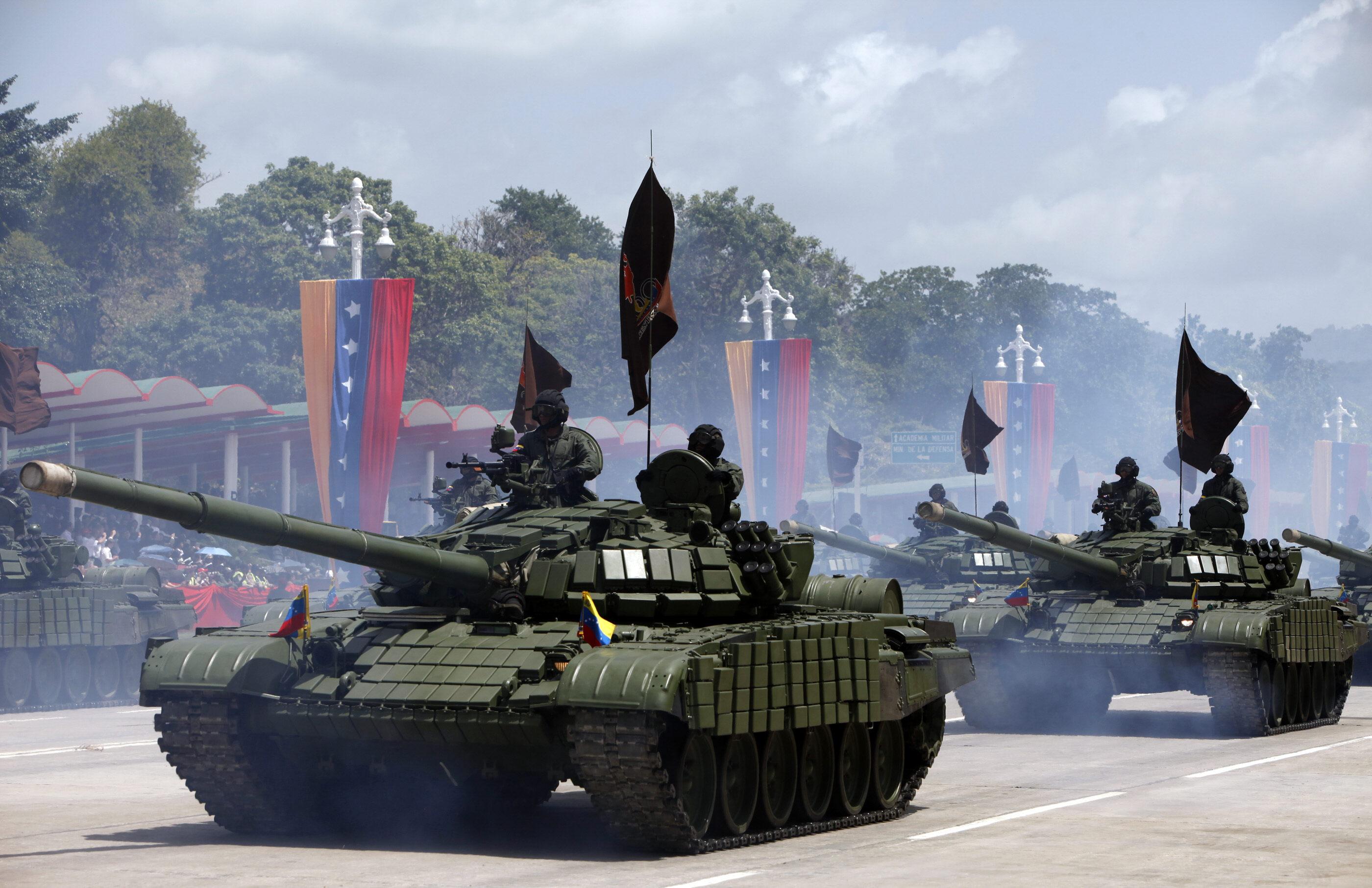 CAR04 CARACAS (VENEZUELA), 05/07/2011.- Aspecto del desfile militar con motivo de la conmemoración del bicentenario de la Independencia de Venezuela hoy, martes 5 de julio de 2011, en Caracas (Venezuela). La Fuerza Armada Nacional Bolivariana (FANB) exhibió el poderío militar venezolano en el desfile con material bélico recientemente adquirido a Rusia y China principalmente. EFE/ David Fernández