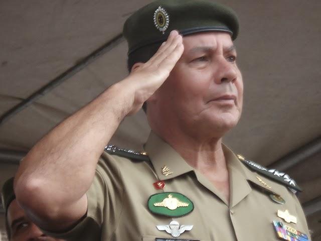 Ministério da Defesa exonera general que criticou governo.