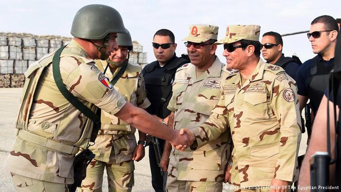 Presidente do Egito, Abdel Fattah al-Sisi, prometeu acabar com o terrorismo. Na foto, ele visita militares no Sinai