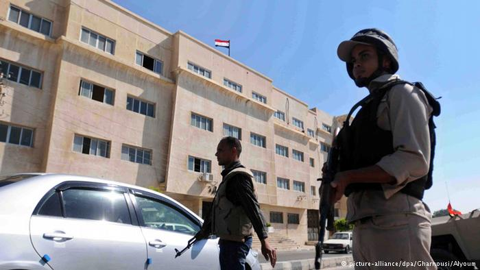 Forças de segurança executam rigorosos bloqueios nas ruas da cidade de Arish, maior assentamento no norte do Sinai