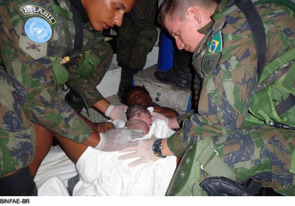 pequeno Junas nasceu na viatura de uma patrulha no Haiti, com a ajuda dos soldados brasileiros Demorvã Diego Canton e Kaue Correa dos Santos Frois.
