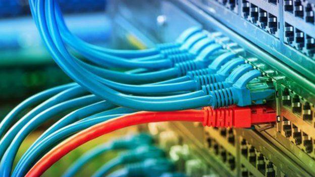 Cabos de fibra ótica cruzam oceanos levando dados de internet