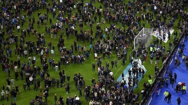 om medo, torcedores tomaram o gramado do Stade de France após o fim da partida