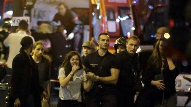 Pessoas foram retiradas da casa de shows Bataclan em estado de choque