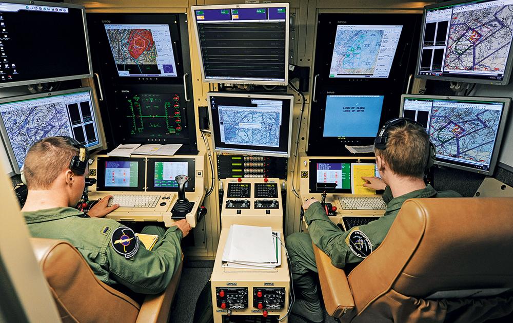 De uma sala de comando a milhares de quilômetros do alvo, parte a ordem de atacar. Como em um videogame, basta apertar o botão e a destruição é acompanhada na tela. O VANT é constantemente manejado por dois controladores.