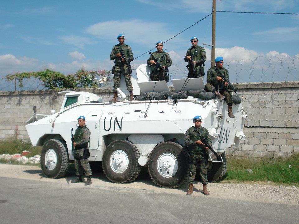Militares da UCSD juntamente com um Veiculo Blindado 6X6 EE-11 Urutu. No Cenario Haitiano a Infantaria da FAB teve a oportunidade de Opera com veículos blindados. Onde o ganho operacional esta sendo repassado para a força. Dando inicio ao desenvolvimento da doutrina na FAB.