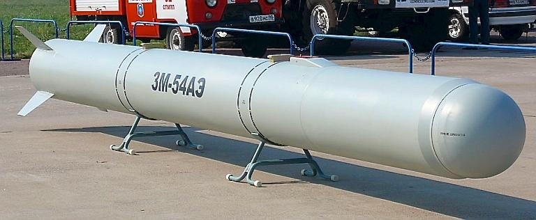Acima: Aqui temos uma rara fotografia do novo míssil de cruzeiro 3M54AE Klub que equipa o Su-35S. esta arma de precisão permite ataques contra alvos posicionados a 300 km de distancia do ponto de lançamento.