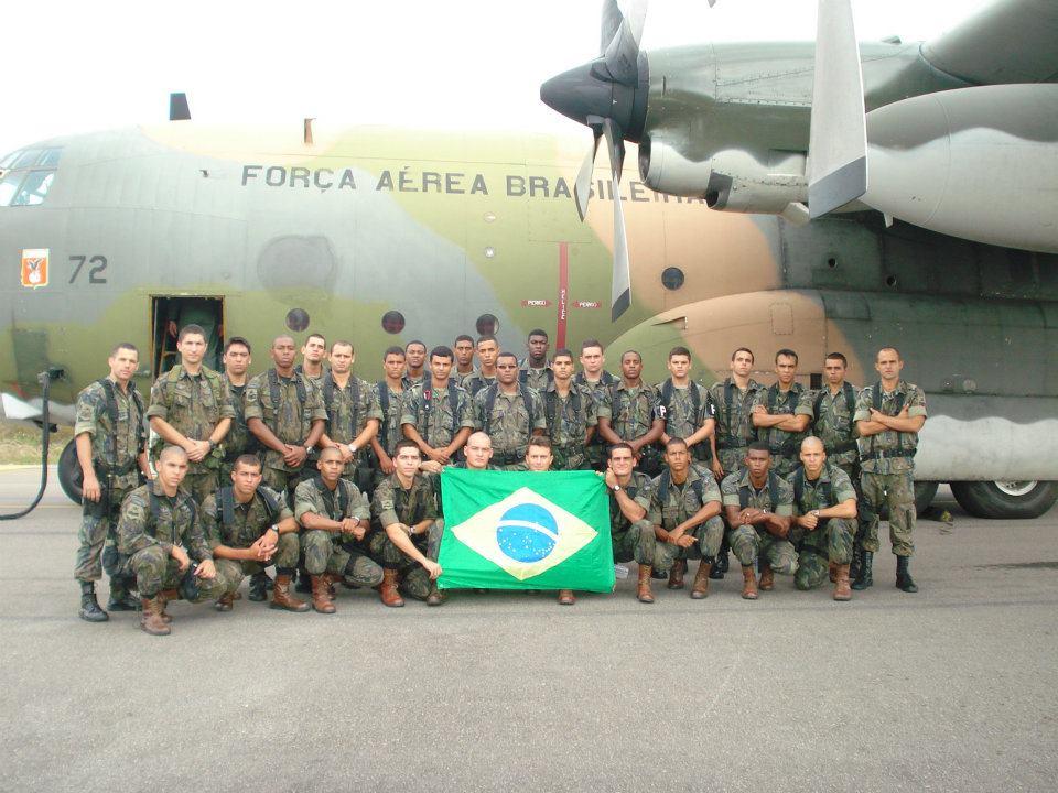 Eqquipe da Unidade Celular de Segurança e Defesa (UCSD) na Base Aerea do Galeão no momento do embarque para o Haiti.