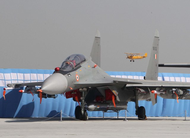Acima: O caça indiano Su-30MKI dessa foto está com um potentíssimo míssil de cruzeiro PJ-10 BrahMos no cabide ventral. Reparem nas grandes dimensões dessa arma.