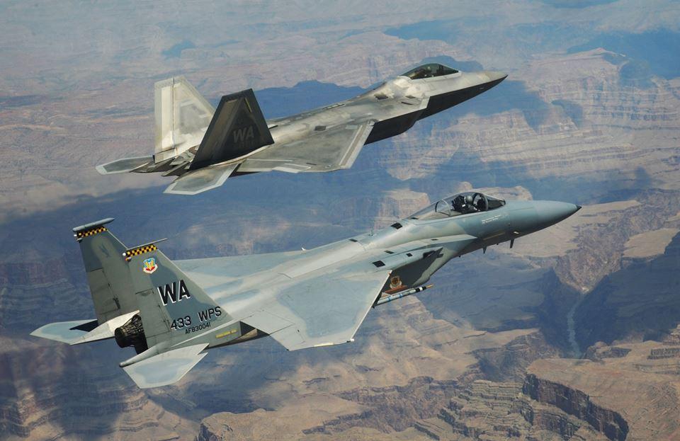 Acima: Em primeiro plano temos um F-15C junto com o F-22 Raptor, caça que deveria ter substituído o F-15. A dupla F-15/ F-22 vão operar por mais 20 anos antes de começarem a ser substituídos.