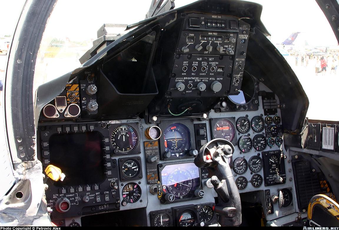 Acima: O cockpit dos F-15C é o mais analógico dentre todas as versões operacionais do Eagle. Existem programas de modernizações disponíveis para substituir todos esses instrumentos por uma tela única touchscreen mas por enquanto a USAF não adotou essa configuração.
