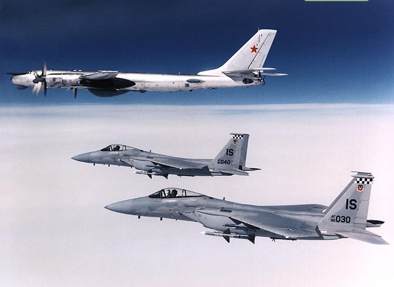 Acima: Uma dupla de F-15C escolta um avião de patrulha marítima Tupolev Tu-142 Bear. Esse tipo de encontro sempre foram muito comuns no histórico operacional do Eagle.