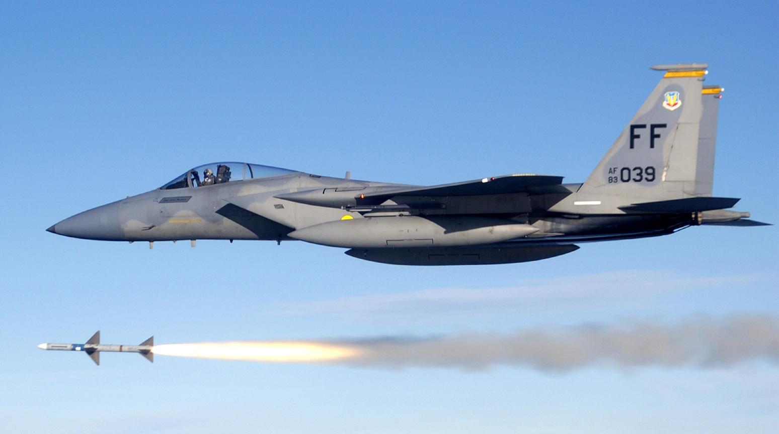 Acima: Embora o antigo míssil AIM-7M Sparrow lançado de um F-15C Eagle tenha sido substituído pelo mais moderno AIM-120 AMRAAM, ainda é possível ver alguns F-15 operando com essas armas.
